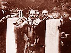 Фото из Каунасского музея Сугихары. Беженцы у ограды каунасской резиденции Сугихары